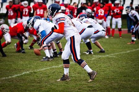 jugadores de futbol: partido de fútbol americano con fuera de foco los jugadores en el fondo