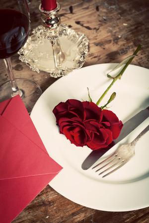 浪漫: 上盤紅玫瑰表設置 - 慶祝情人節 版權商用圖片