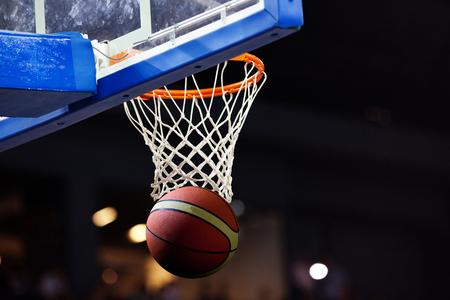 basketball going through hoop Imagens