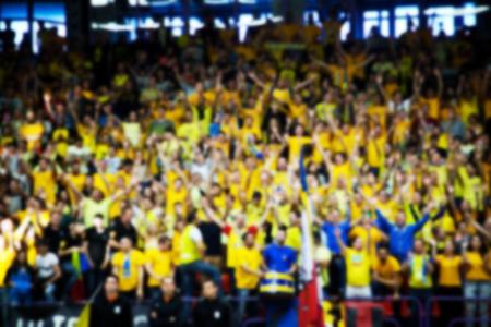 multitud gente: fondo borroso de la multitud de personas en una cancha de baloncesto