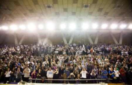 fondo borroso de la multitud de personas en una cancha de baloncesto