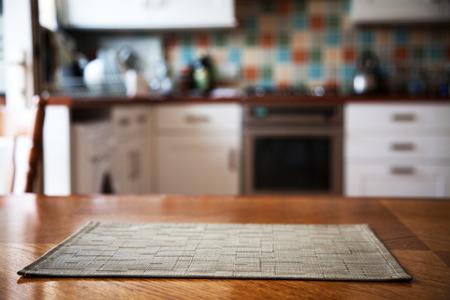 interior de la cocina borrosa y servilleta y espacio en el escritorio