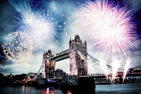 불꽃 놀이, 런던, 영국에서 새 해 축 하와 함께 타워 브릿지