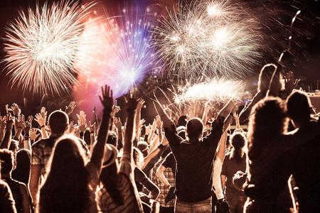 새해에 군중보고 불꽃 놀이를 응원 - 휴일 축 하 배경