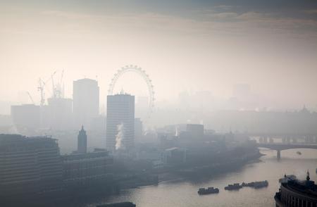 Dachansicht über London an einem nebeligen Tag von St Paul Kathedrale, Großbritannien Standard-Bild
