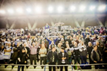 バスケット ボール コートの人々 の群衆の背景をぼかした写真