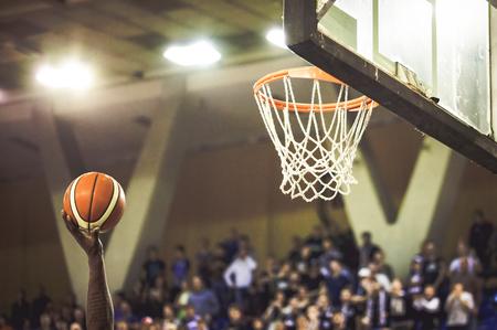 Het scoren van de winnende punten op een basketbalwedstrijd Stockfoto