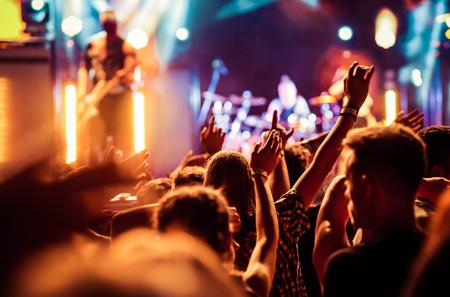 Folla con le mani sollevate al concerto - festival di estate della musica