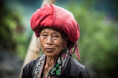 Ta Phin 村、サパ、ラオカイ省、ベトナムのサパ、ベトナム - 2017 年 8 月: 肖像画の赤ざお少数民族女性