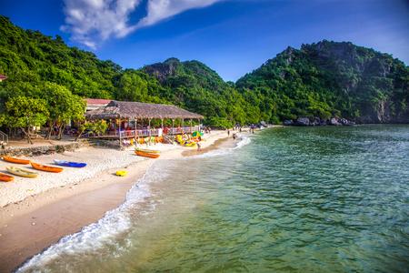 Isla del mono en la bahía de Lan Ha, la parte suroriental de la bahía de Ha Lng, Vietnam Foto de archivo - 88162819