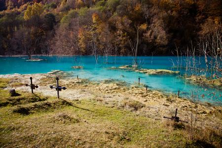 Chiesa con il suo cimitero sotto l'acqua contaminata a Geamana, in Romania. Lago inquinato con residui minerari che distrussero un villaggio. Archivio Fotografico - 89324290