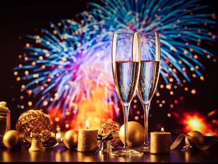 due bicchieri di champagne contro luci natalizie e fuochi d'artificio - festa di Capodanno