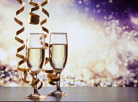 Due bicchieri di champagne con nastri contro luci natalizie e fuochi d'artificio - Celebrazioni di Capodanno Archivio Fotografico - 89395740