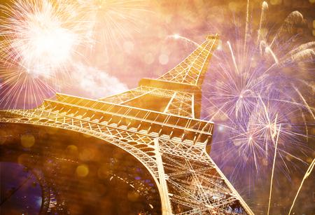 街で新年を祝う - 花火でエッフェル塔(パリ、フランス)
