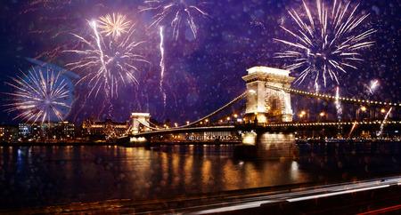도시 새해 축하 - 다뉴브, 부다페스트, 헝가리 불꽃 놀이와 체인 다리
