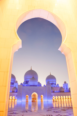 sheikh zayed grand mosque at dusk, Abu Dhabi, UAE Standard-Bild - 97464565