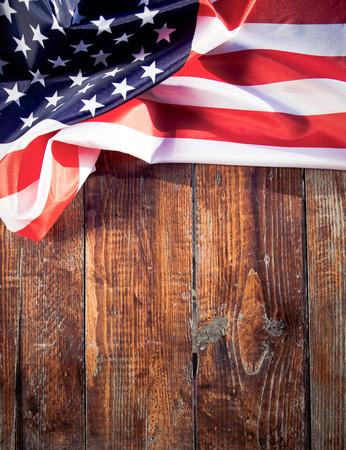 木制背景上的美国国旗-美国-独立日- 7月4日