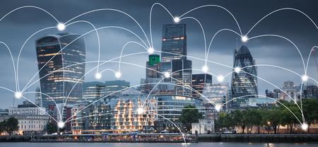 smart city e linee di collegamento. Concetto di Internet del business globale, Londra, UK