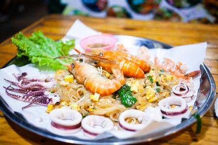big plate of fresh pad thai Reklamní fotografie - 121339910
