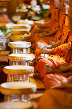 buddhist monks in a row Imagens