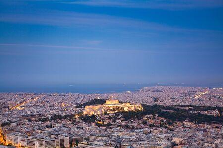 Stadtbild von Athen am frühen Morgen mit der Akropolis vom Lycabettus-Hügel, dem höchsten Punkt der Stadt