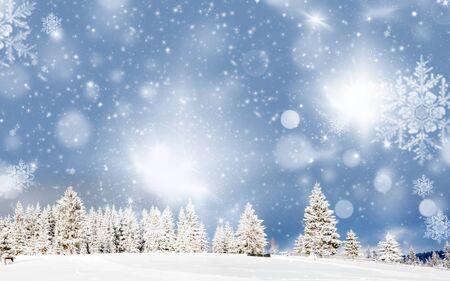 incredibile sfondo di Natale con paesaggio invernale di abeti innevati Archivio Fotografico