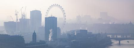 Dachspitzenansicht über London an einem nebeligen Tag von der St Paul Kathedrale, Großbritannien