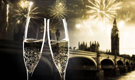 celebrando la víspera de año nuevo en la ciudad - brindando con copas de champán frente al Big Ben
