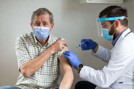 elderly man getting vaccine Reklamní fotografie