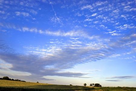 Increspato nuvole sparsi in un cielo caldo pomeriggio.