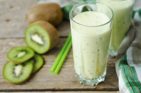 colazione: frullato di kiwi in un bicchiere con cannucce