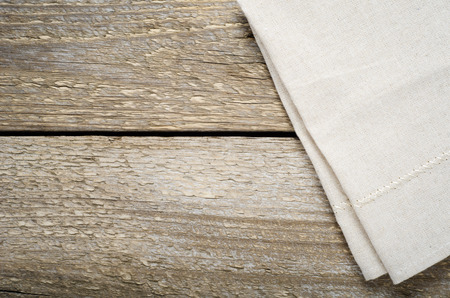 tela algodon: natural beige cotton cloth on wooden table Foto de archivo