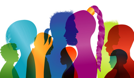Profili di sagoma di persone multirazziali. Gruppo di persone di diverse età e nazionalità. Dialogo intercontinentale. Vettore di esposizione multipla
