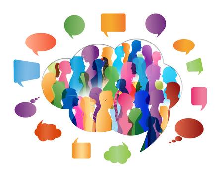 La folla parla. Gruppo di persone che parlano. Fumetto. Comunicazione. Profilo di persone silhouette colorate a forma di nuvola Archivio Fotografico
