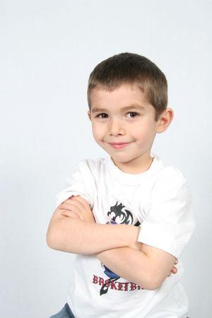 Boy mit weißem Hintergrund mit Waffen gefaltet  Standard-Bild
