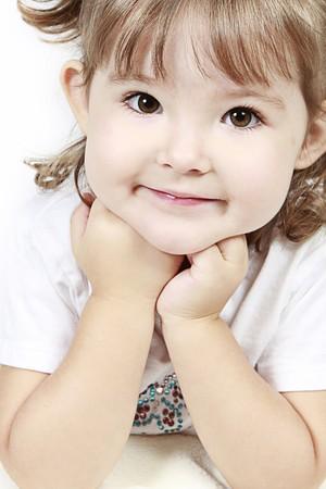 Schattig klein meisje geïsoleerd op witte achtergrond