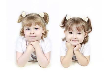 ni�as gemelas: Adorable ni�as gemelas de aislados sobre fondo blanco