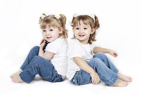 bambine gemelle: Adorabile bambine di twin isolate su sfondo bianco  Archivio Fotografico