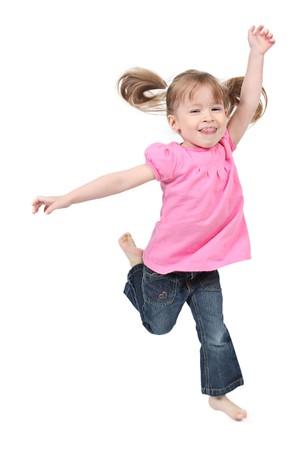 Klein meisje springen op geïsoleerde witte achtergrond  Stockfoto
