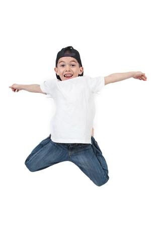 Kleine jongen springen op geïsoleerde witte achtergrond Stockfoto