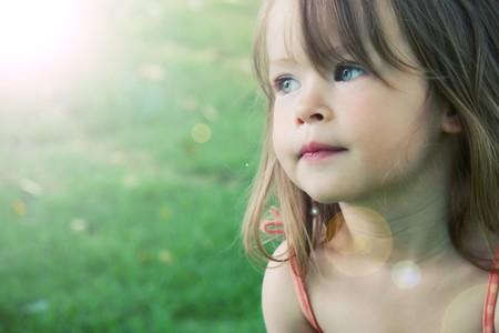 근접 촬영 야외에서 여름 - 조명 효과를 촬영하는 사랑스러운 작은 소녀