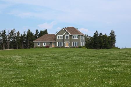 Casa de lujo con jardín ajardinado en verano Foto de archivo - 34249220