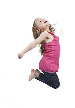 little models: Ni�a poco adorable y feliz saltando en el aire. aislados en fondo blanco