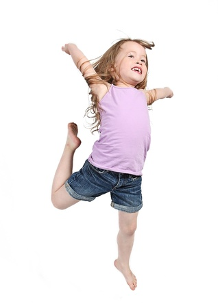 小さな女の子は、白い背景の上ジャンプします。