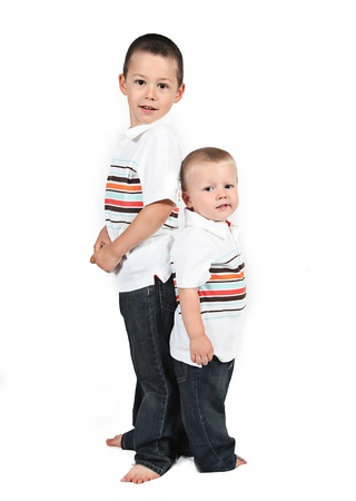 Brothers staan samen rug aan rug op wit