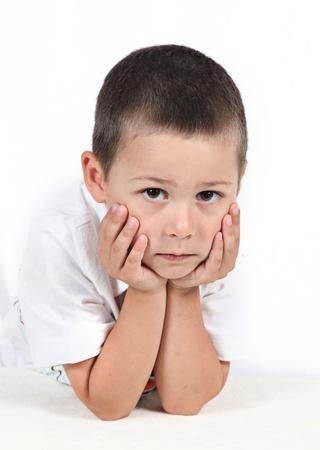 bambini pensierosi: Little boy in posa con le mani sul mento Archivio Fotografico