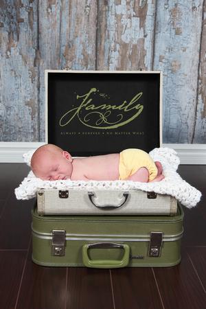 Suitcare ベッドで眠っているかわいい赤ちゃん