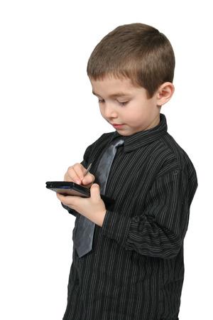little business man: Poco hombre de negocios que usaba un PDA con blanco isoated el fondo