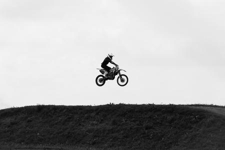 Motorbike springen in de lucht op snelheid huid zwart-wit foto