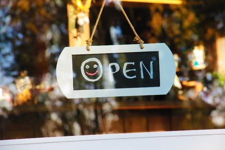 Portierruit open teken met een glimlach hadwritting met krijt Stockfoto